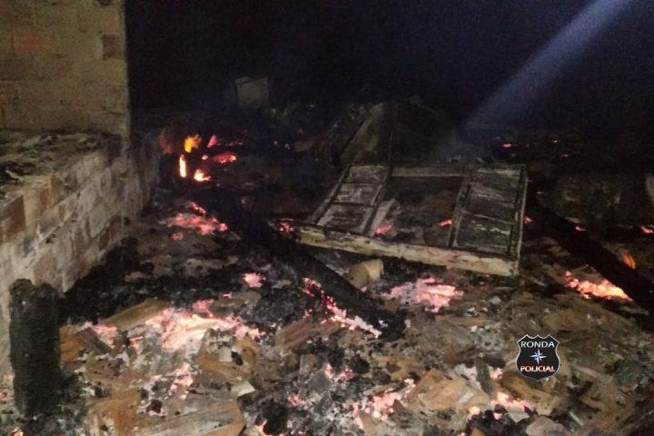 Residência é destruída por incêndio durante a noite
