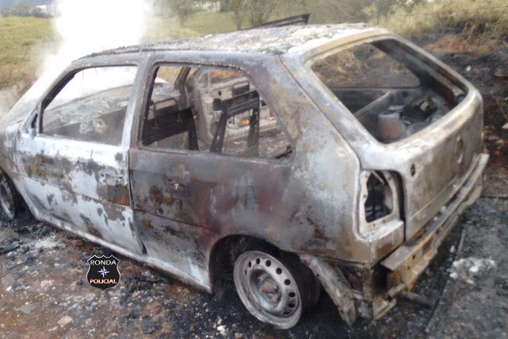 Veículo fica destruído após incêndio em comunidade rural