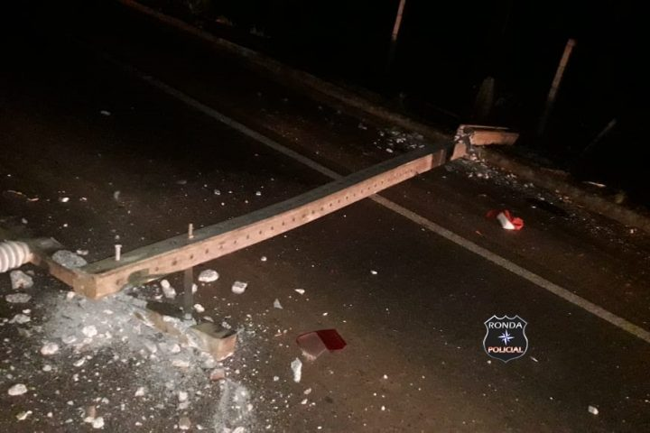 Duas pessoas ficam feridas após veículo colidir contra poste e capotar