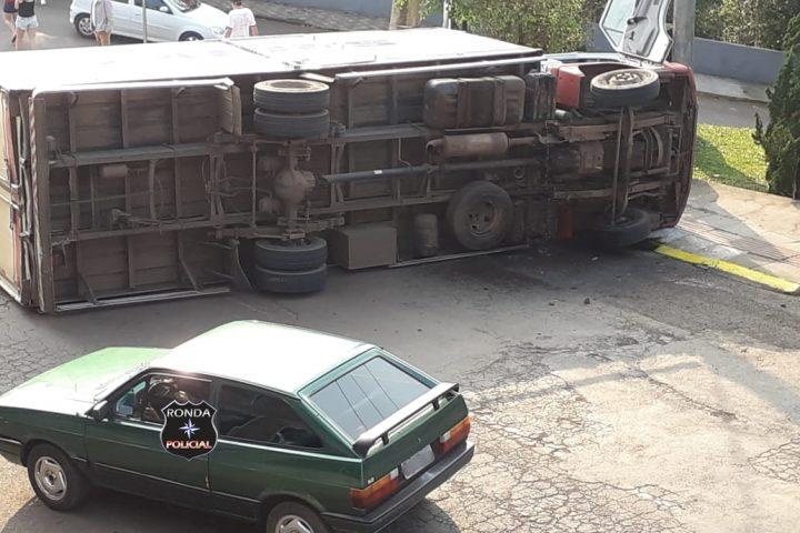 Três pessoas são encaminhadas ao hospital após caminhão atingir carro e tombar no início da manhã