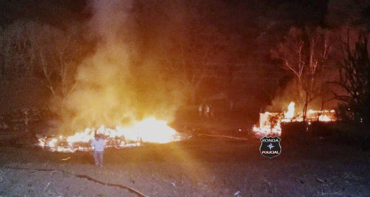 Incêndio em comunidade rural deixa residência e galpão destruídos