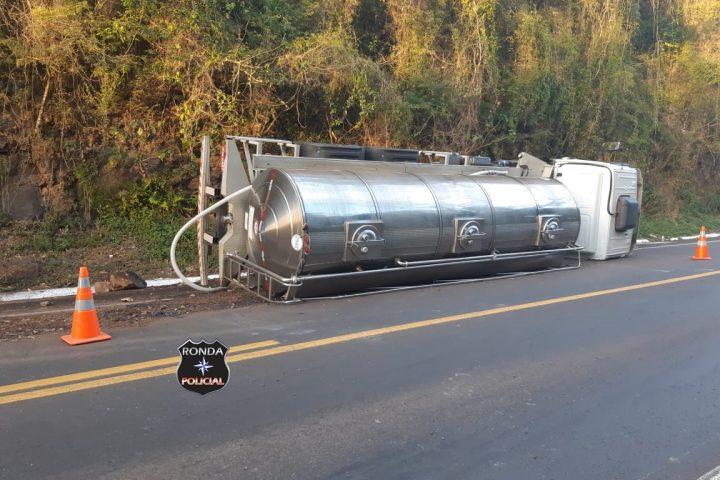 Tombamento de caminhão deixa trânsito lento na 282
