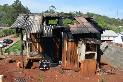 Criança ateia fogo em colchão e chamas destroem viveiro de pássaros