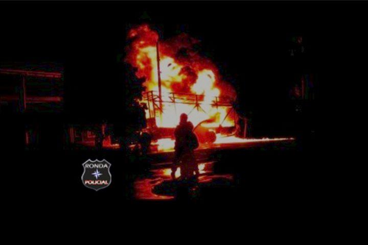 Bombeiros combatem incêndio em caminhão durante a madrugada
