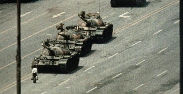 Morre premiado fotógrafo do 'homem do tanque' de Tiananmen, Charlie Cole