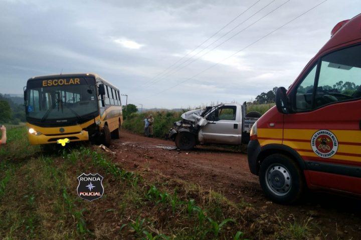 Violenta colisão de ônibus escolar e camionete deixa duas pessoas feridas