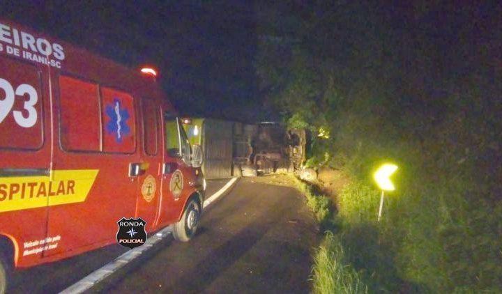 Tombamento de micro-ônibus deixa duas pessoas feridas na BR-153