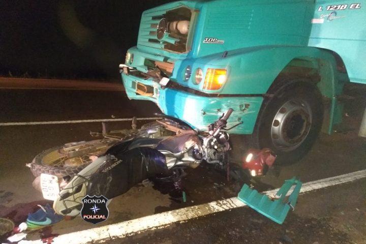 Duas pessoas ficam feridas em violenta colisão de moto e caminhão durante a madrugada