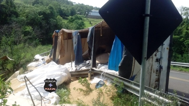 Tombamento de carreta mobiliza Corpo de Bombeiros e Polícia Rodoviária Estadual