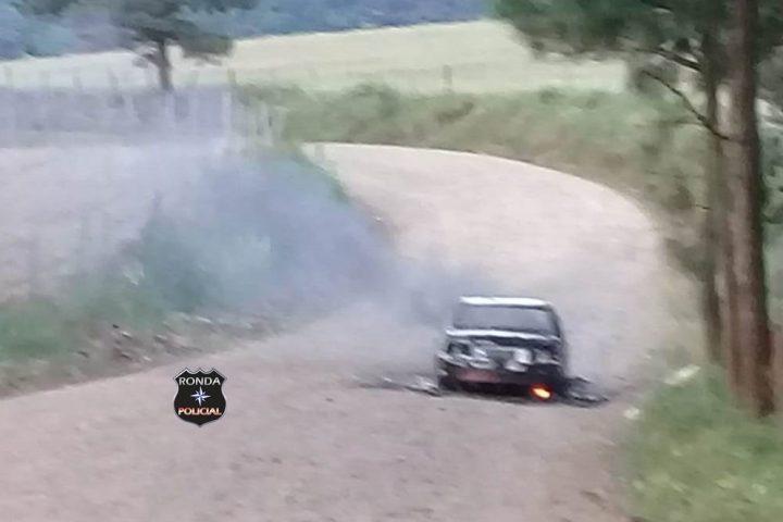 Incêndio consome veículo no interior de Passos Maia