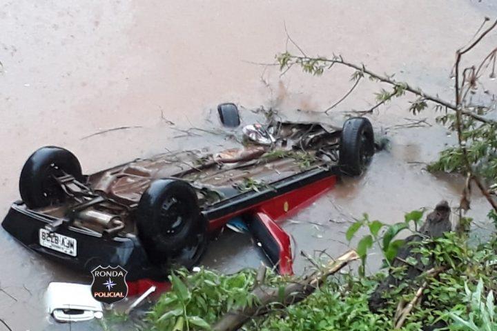 Veículo com quatro pessoas capota e cai dentro de açude a margem da SC-155
