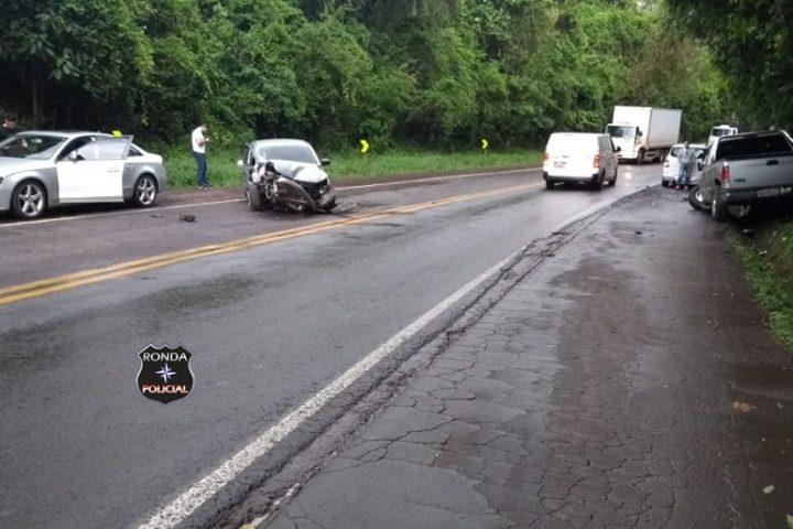 Violenta colisão deixa trânsito lento na 282