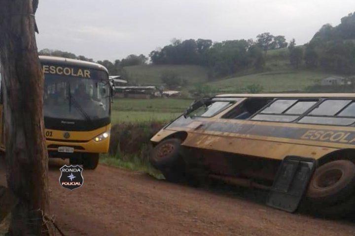 Ônibus escolar tomba em comunidade rural