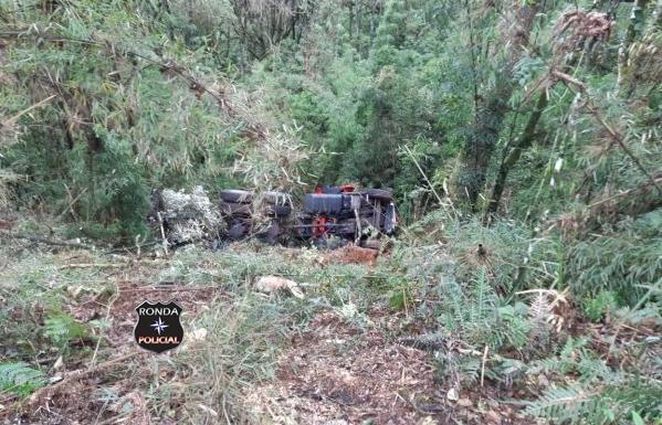 Caminhoneiro morre ao despencar com caminhão em ribanceira a margem da BR-153