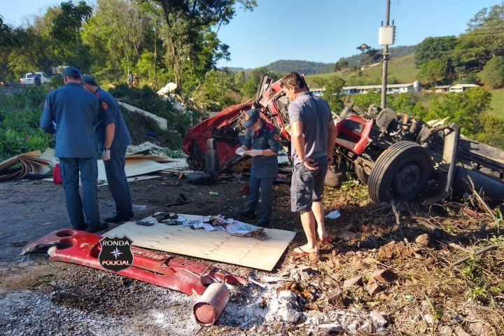 Capotamento de carreta resulta na morte de caminhoneiro