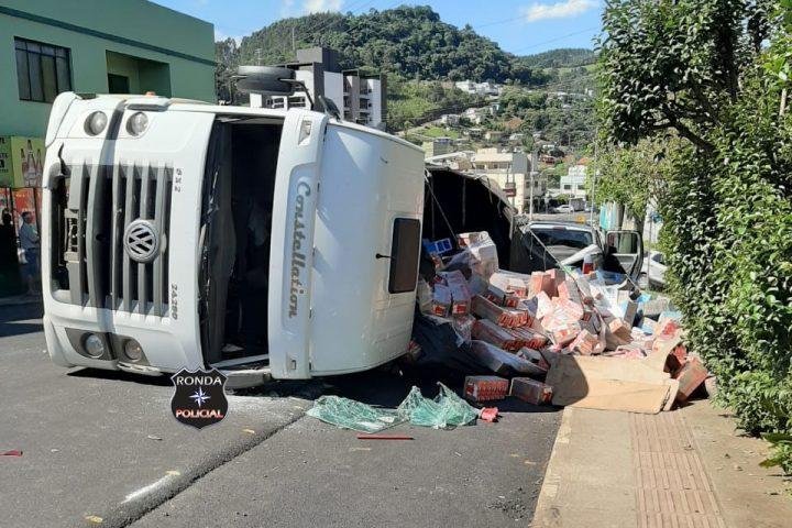 Caminhão tomba, atinge quatro veículos e deixa duas crianças feridas
