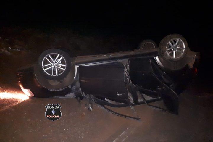 Jovem fica ferida em capotamento de veículo durante a madrugada
