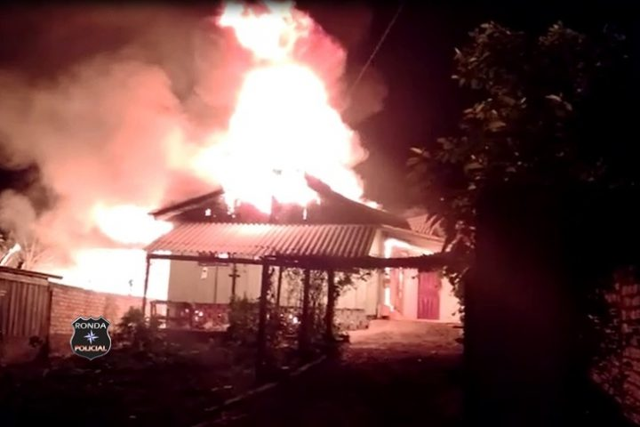 Ouça: Mulher ateia fogo em residência após trancar os próprios filhos dentro do imóvel