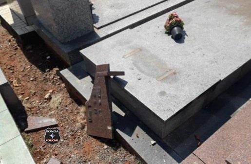Adolescentes são detidos após constantes atos de vandalismo em cemitério