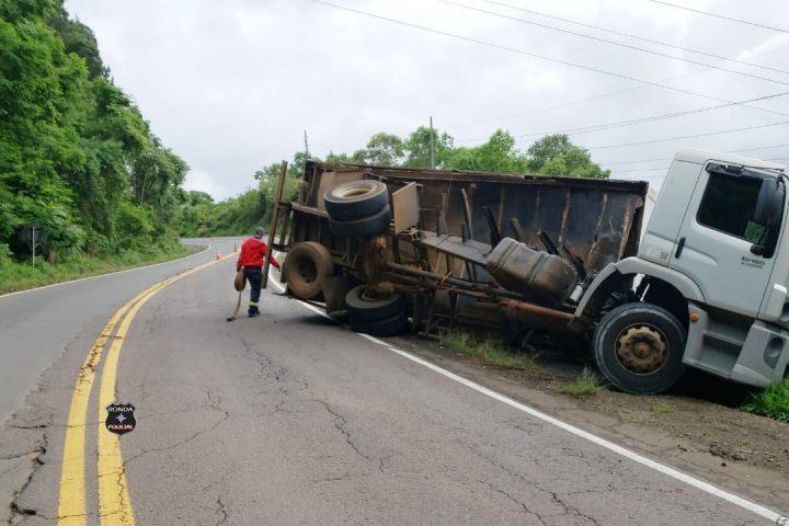 Caminhão carregado de carnes sai da pista