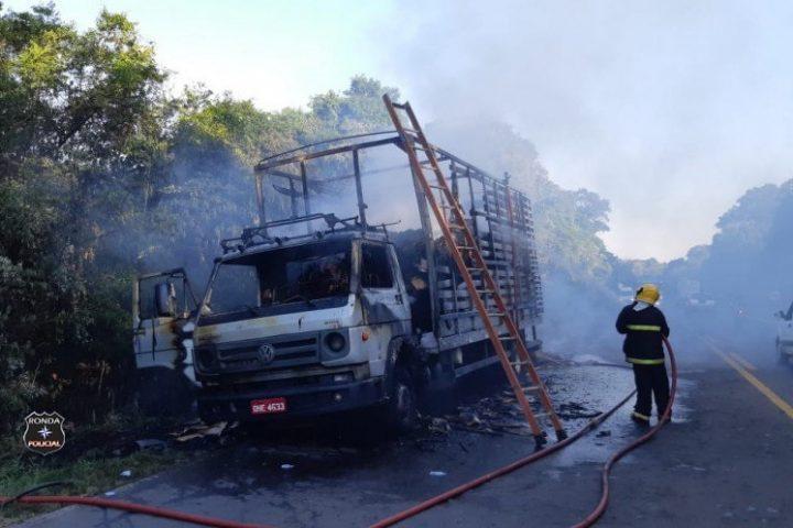 Caminhão carregado de papelão é consumido pelo fogo