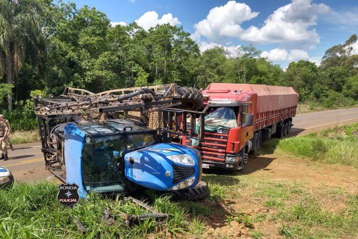 Violenta colisão entre carreta e pulverizador agrícola deixa uma pessoa ferida