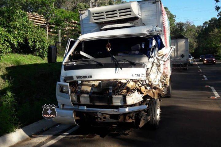 Caminhoneiro morre e outro fica ferido em grave acidente no Oeste