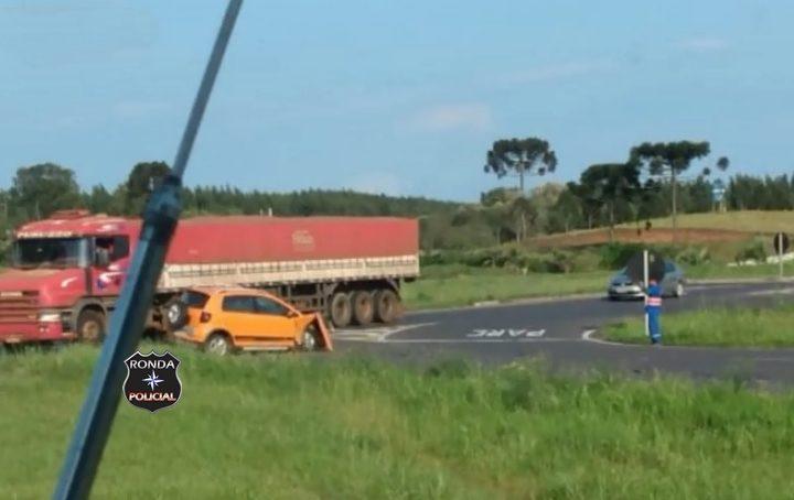 Violenta colisão entre carro e carreta deixa trânsito lento na 282