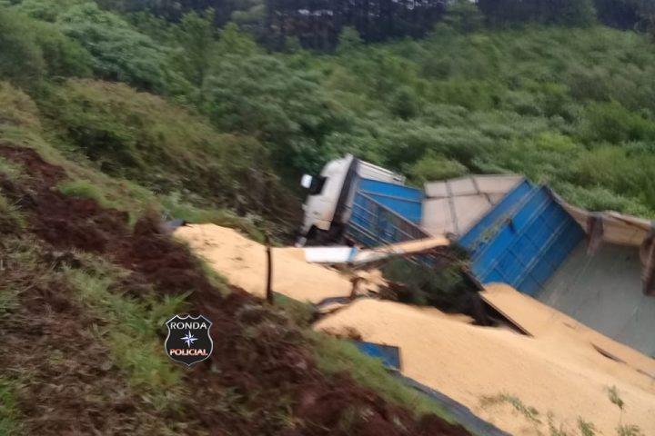 Caminhoneiro do Oeste fica ferido em capotamento no Paraná