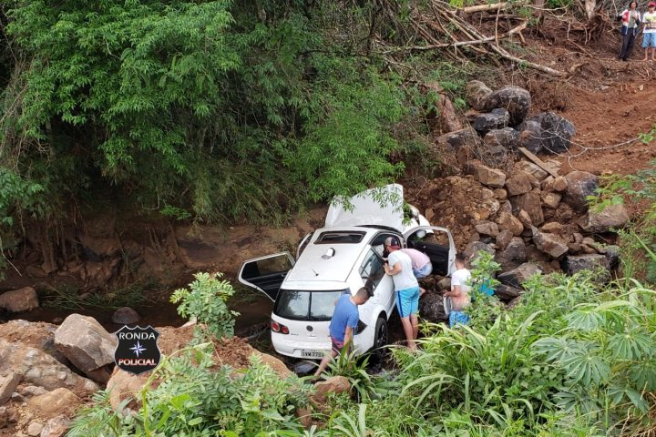 Veículo despenca em ribanceira e deixa jovens feridos em Passos Maia