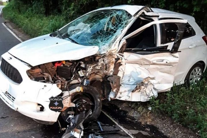 Colisão frontal entre carro e caminhão deixa motorista gravemente ferido na 282