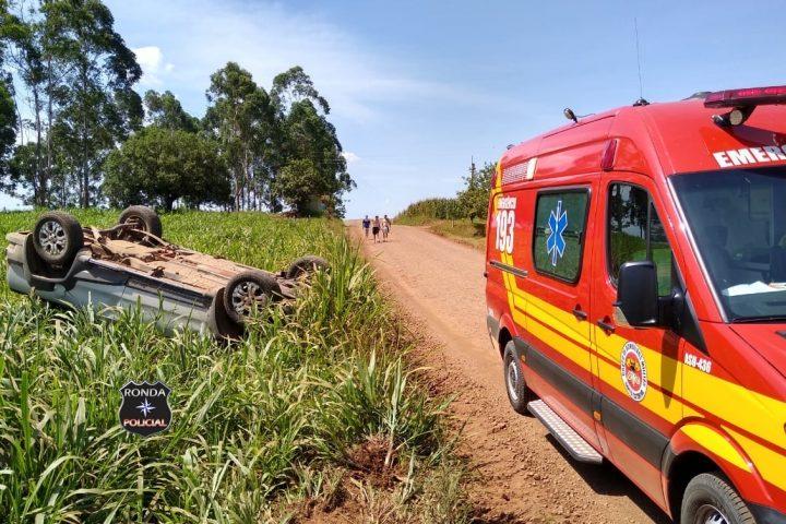 Capotamento de veículo deixa jovem ferido em comunidade rural