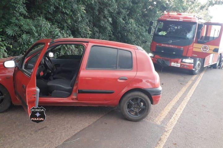 Jovem fica ferido ao colidir carro em barranco no final de tarde