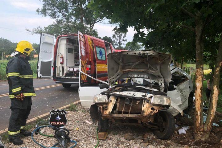 Casal fica ferido em violenta colisão de carro em árvore