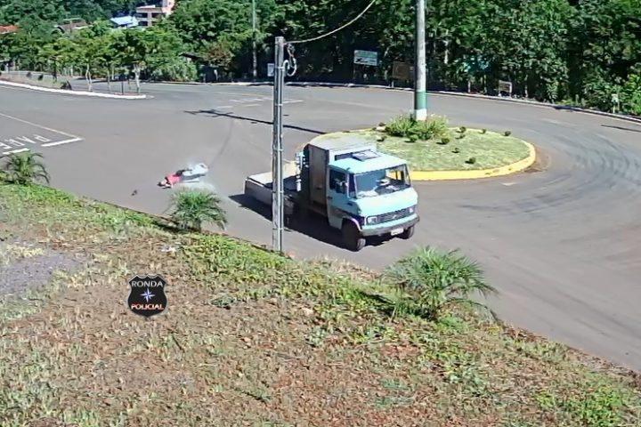 Foto e vídeo: Trabalhador fica ferido ao cair de carroceria de caminhão em movimento
