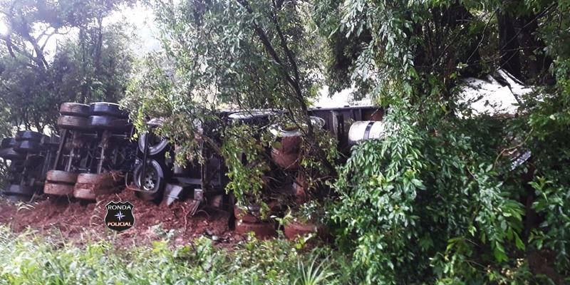 Foto e vídeo: Caminhoneiro morre em grave acidente na BR-282