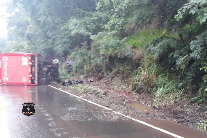 Tombamento de caminhão deixa trânsito lento na 157