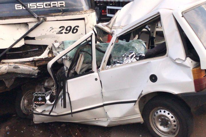 Motorista morre em colisão frontal entre carro e ônibus