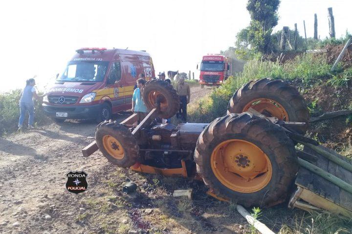 Idoso fica preso embaixo de trator ao tombar implemento no início da manhã em comunidade rural