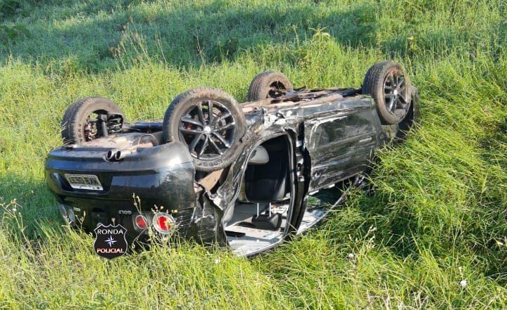 Carro de Xanxerê capota a margem da 282 após violenta colisão no início da manhã