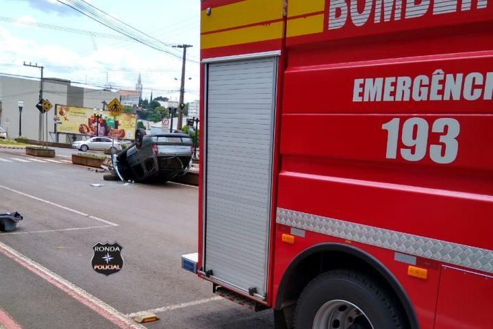 Capotamento deixa duas pessoas feridas