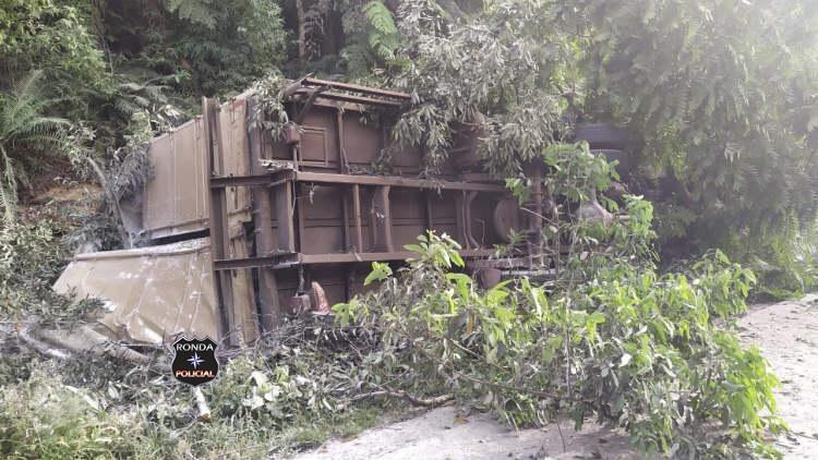 Caminhoneiro do Oeste fica gravemente ferido em acidente no Vale do Itajaí