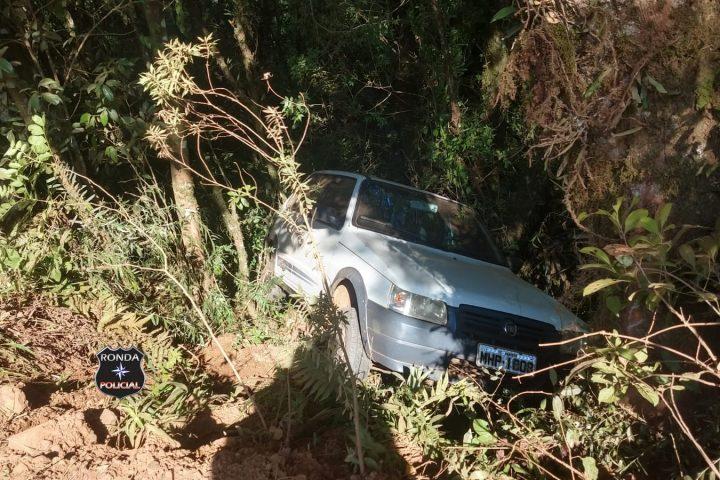 Carro despenca em ribanceira no interior de Xanxerê