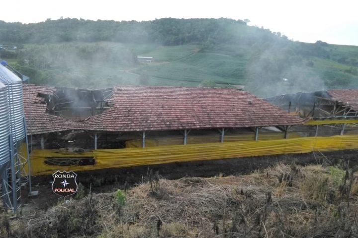 Bombeiros combatem incêndio em aviário