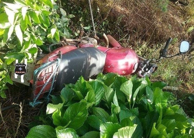 Adolescente morre ao colidir moto em árvore