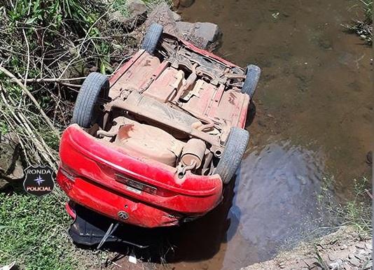 Homem fica ferido ao cair com veículo em rio
