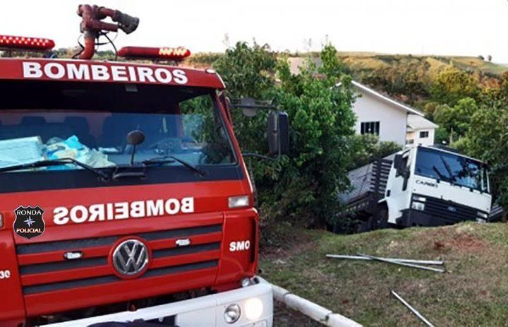 Caminhão desgovernado invade residência