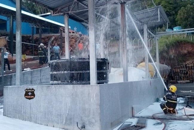Fogo atinge tanque de combustível de fábrica