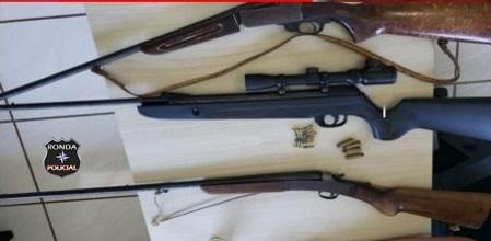 Homem suspeito de violência doméstica contra a mãe é preso com armas