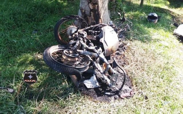 Motociclista morre ao colidir contra uma árvore